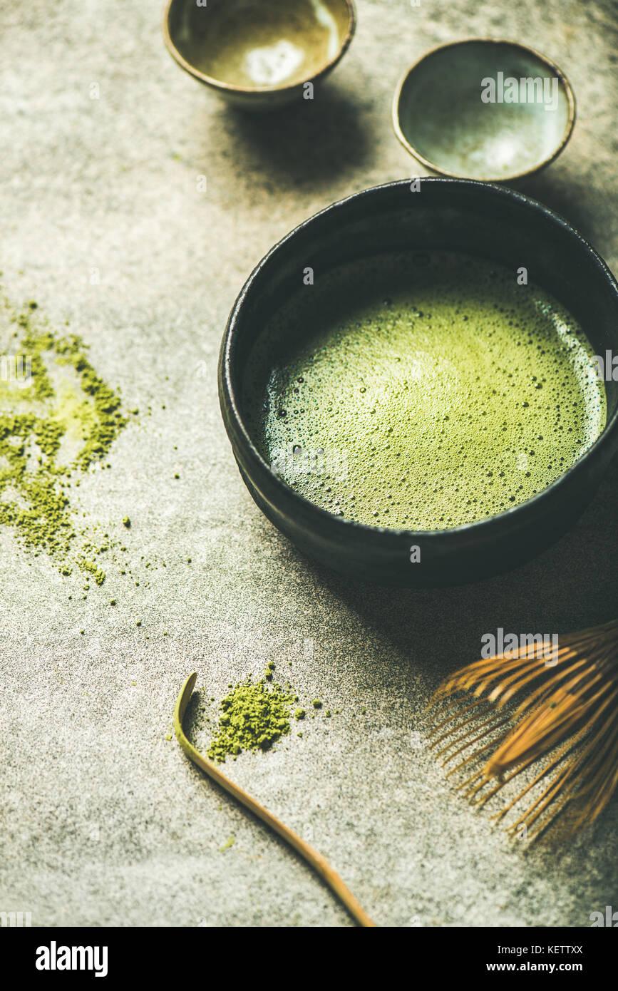 Flachbild-lay von frisch gebrühtem japanische Matcha grüner Tee in der Schüssel Stockbild