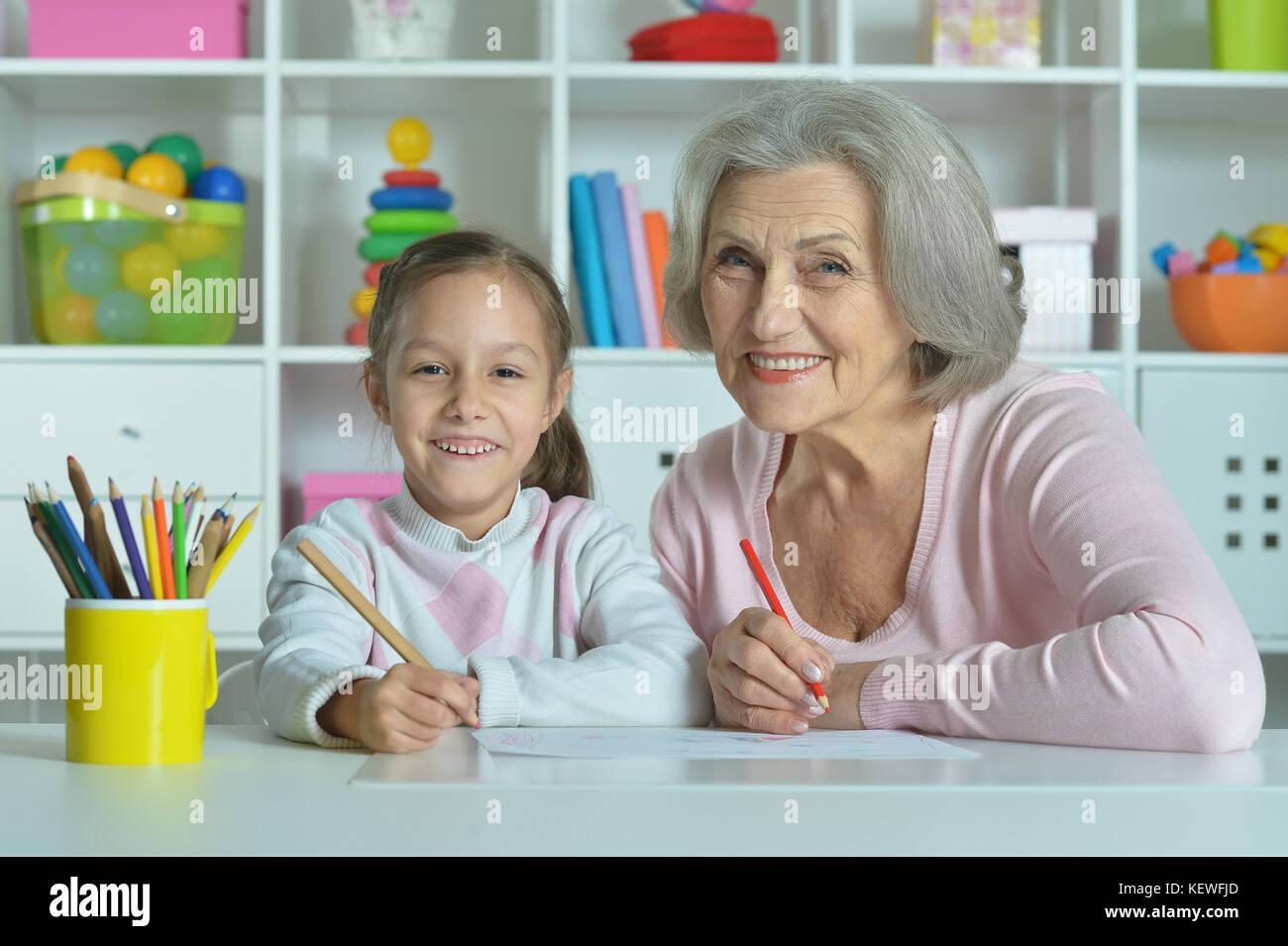 Oma Mit Enkelin Zusammen Zeichnen Stockfoto Bild 164059573 Alamy
