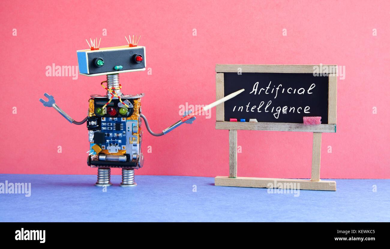 Künstliche Intelligenz Konzept. Roboter Lehrer erklärt moderne Theorie. Klassenzimmer Interieur mit handschriftlichen Stockbild