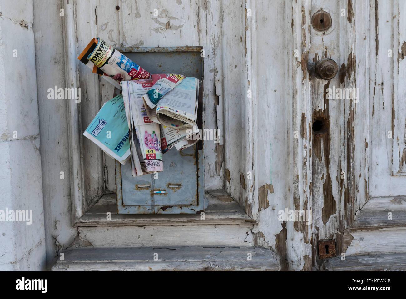 Ungelesene Zeitungen in baufälligen Haus, Zypern Stockbild