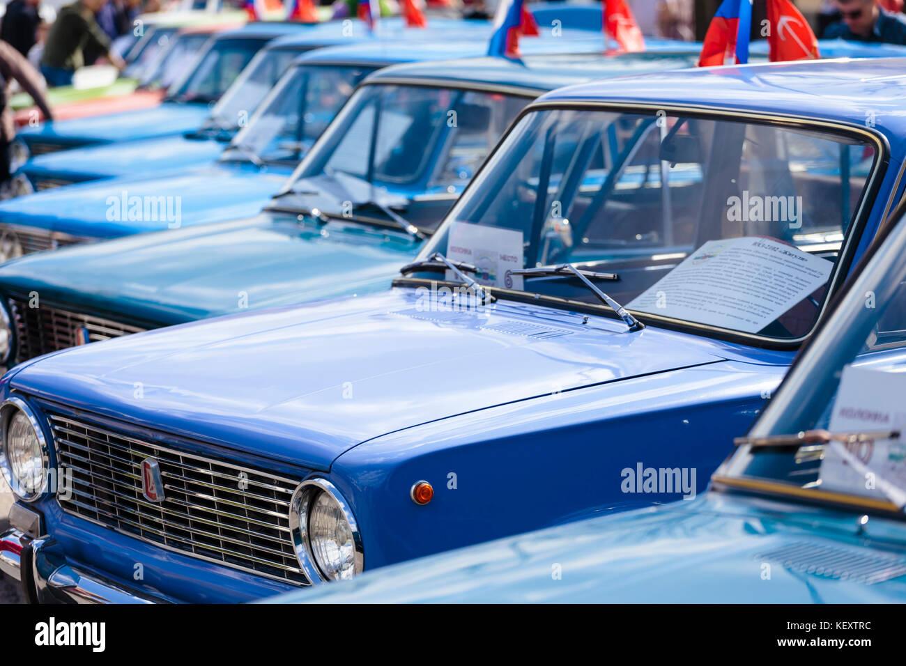 Foto, bei der die Zeile der blauen Oldtimer bei Ausstellung, Sankt Petersburg, Russland Stockbild