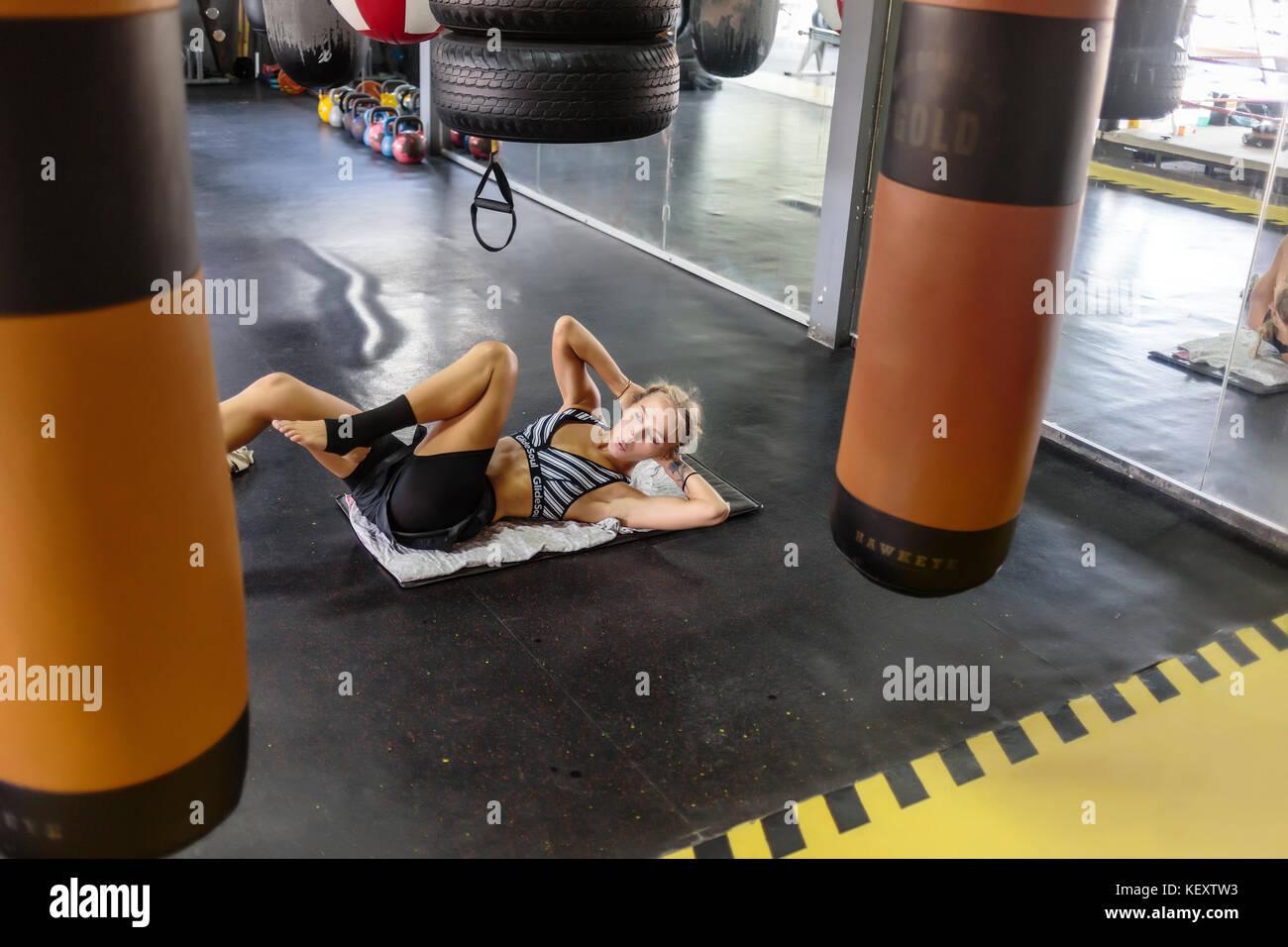 Foto der jungen Frau in der Turnhalle, Sit-ups, Seminyak, Bali, Indonesien Stockbild