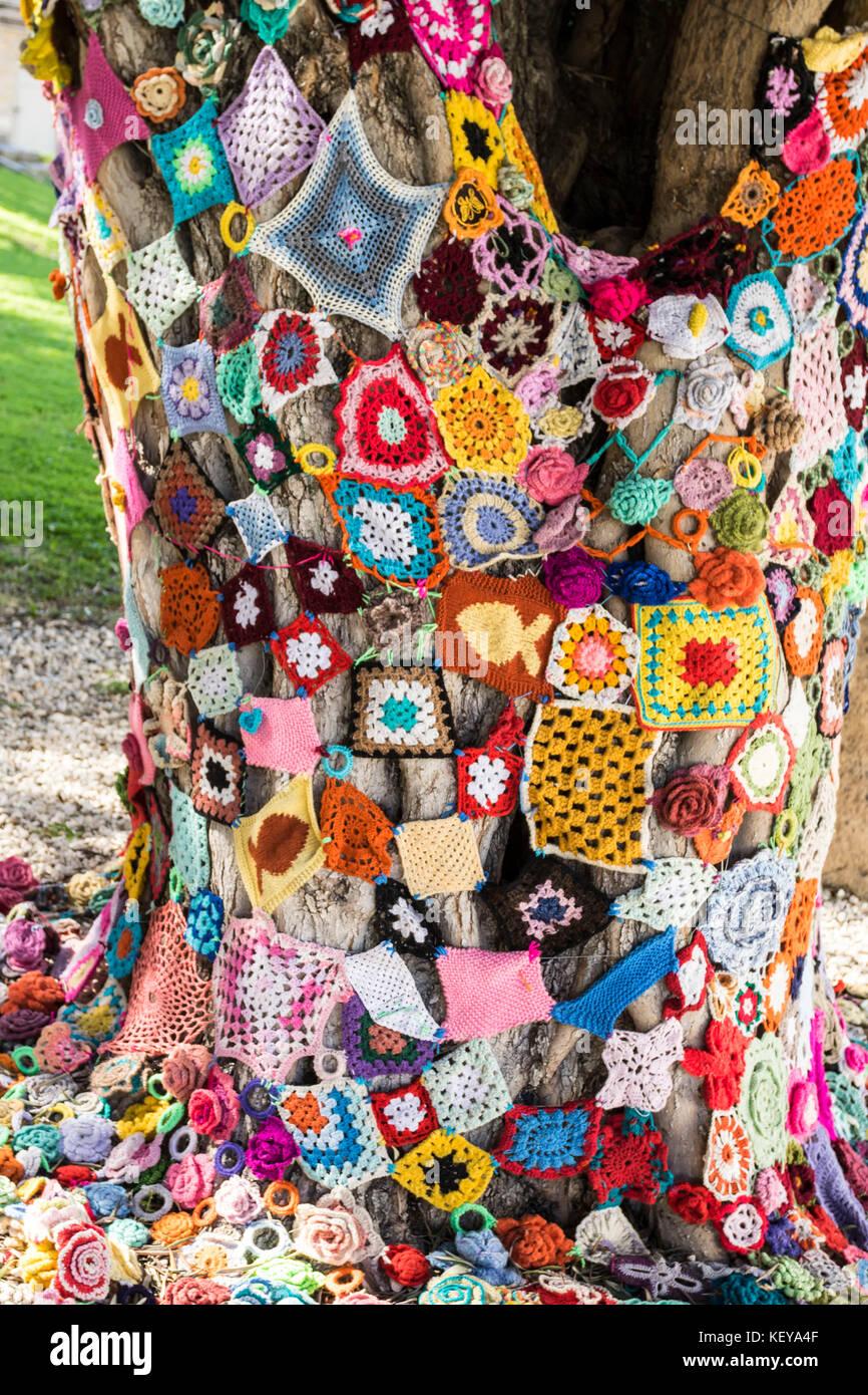 Häkeln Quadrate als Kunst Installation auf einem Baum der Municipal ...