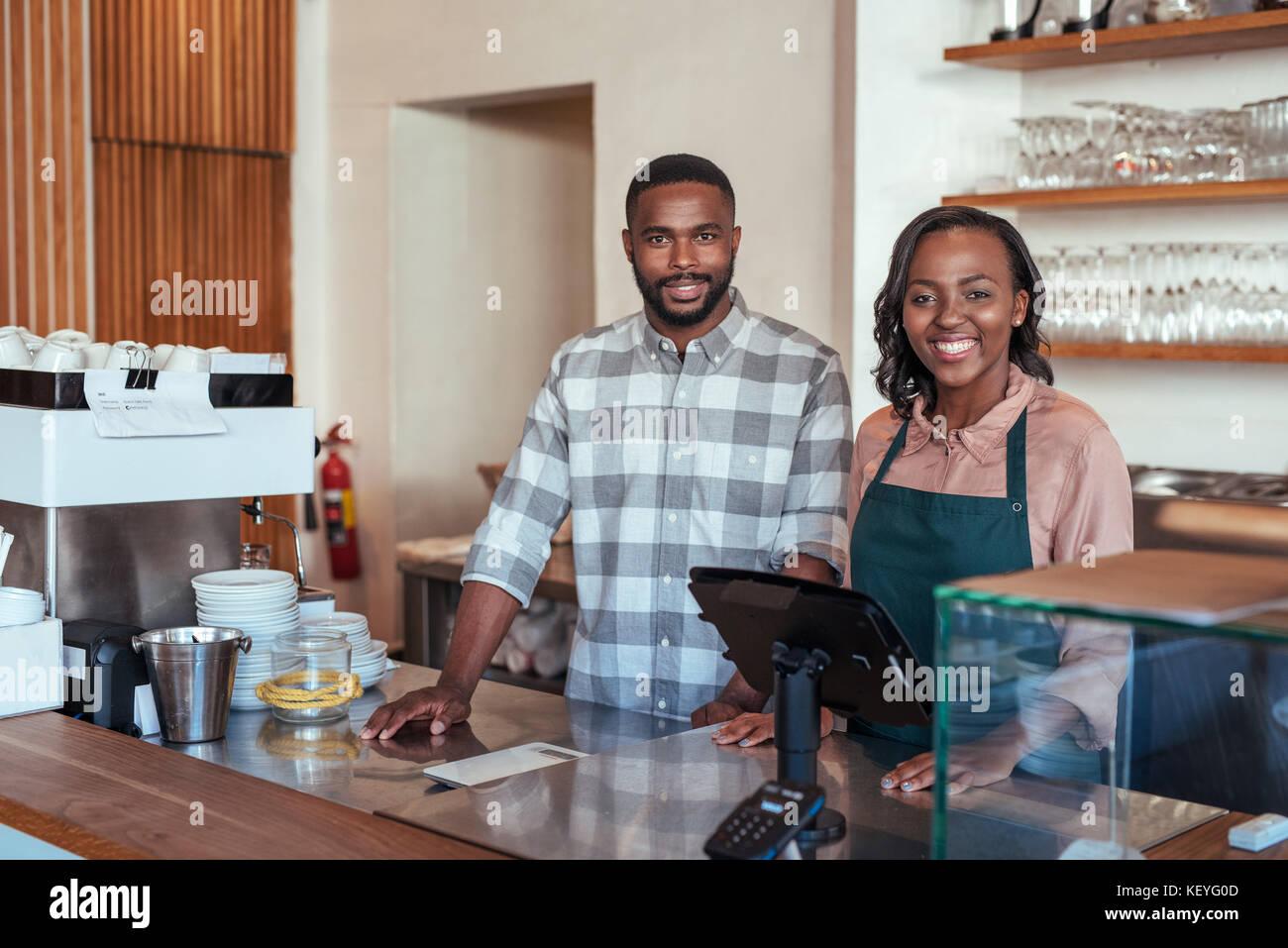 Lächelnd afrikanische Unternehmer stehen an der Theke der Bäckerei Stockfoto