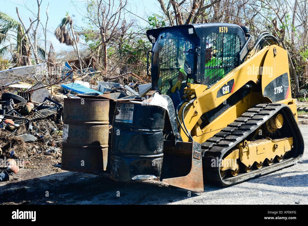 Ein Planierschild entfernt Fässer mit gefährlichen Abfällen in die Folgen des Hurrikans irma Oktober Stockbild