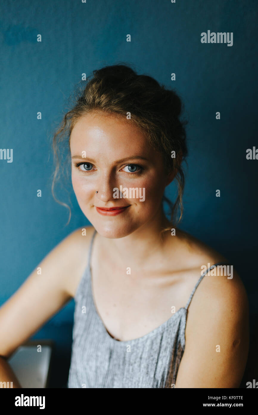 Portrait junge blonde Frau lächelnd Stockbild