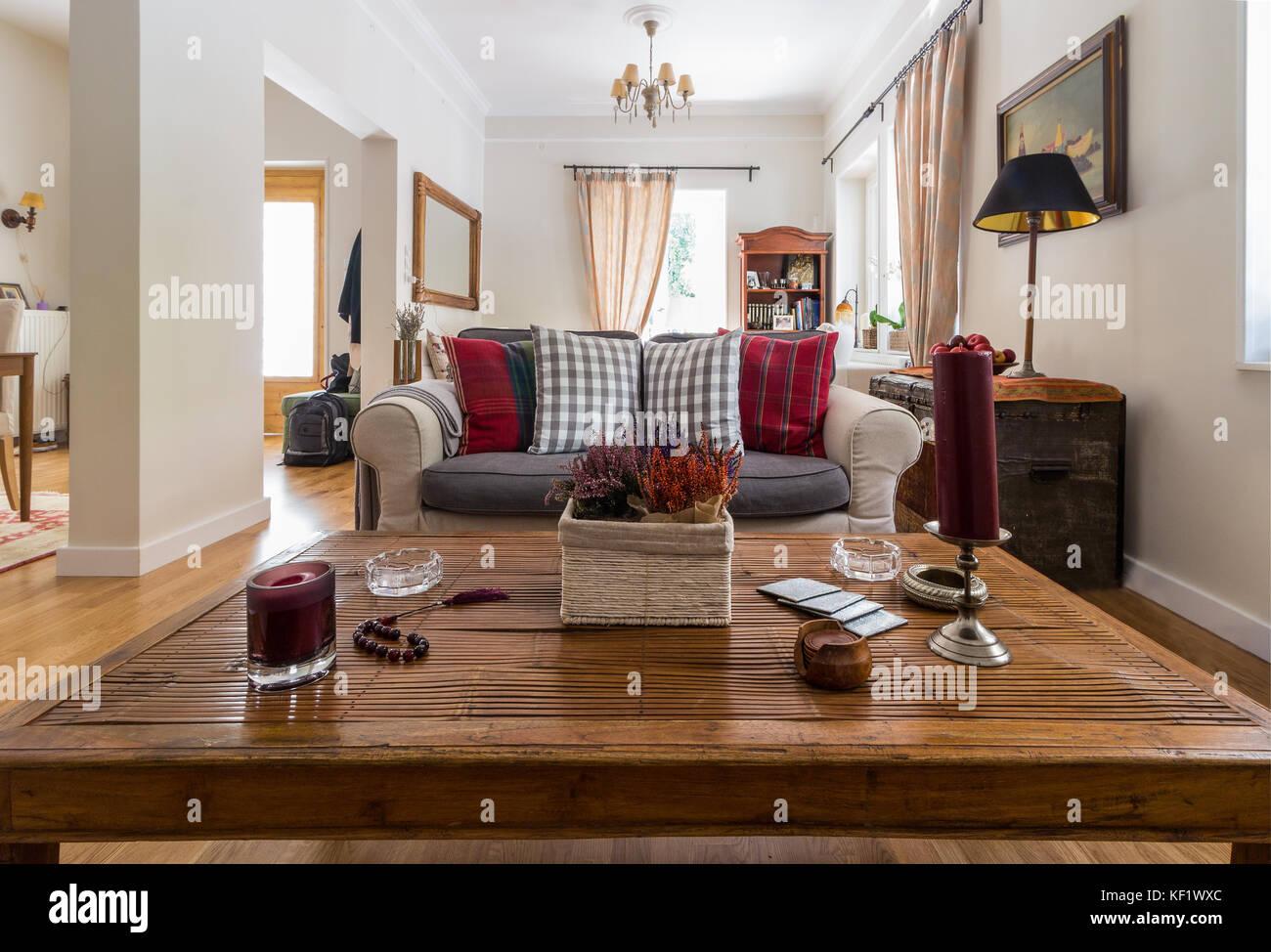 Grosses Wohnzimmer Sehr Hell Mit Eiche Parkettboden Und Retro Objekte
