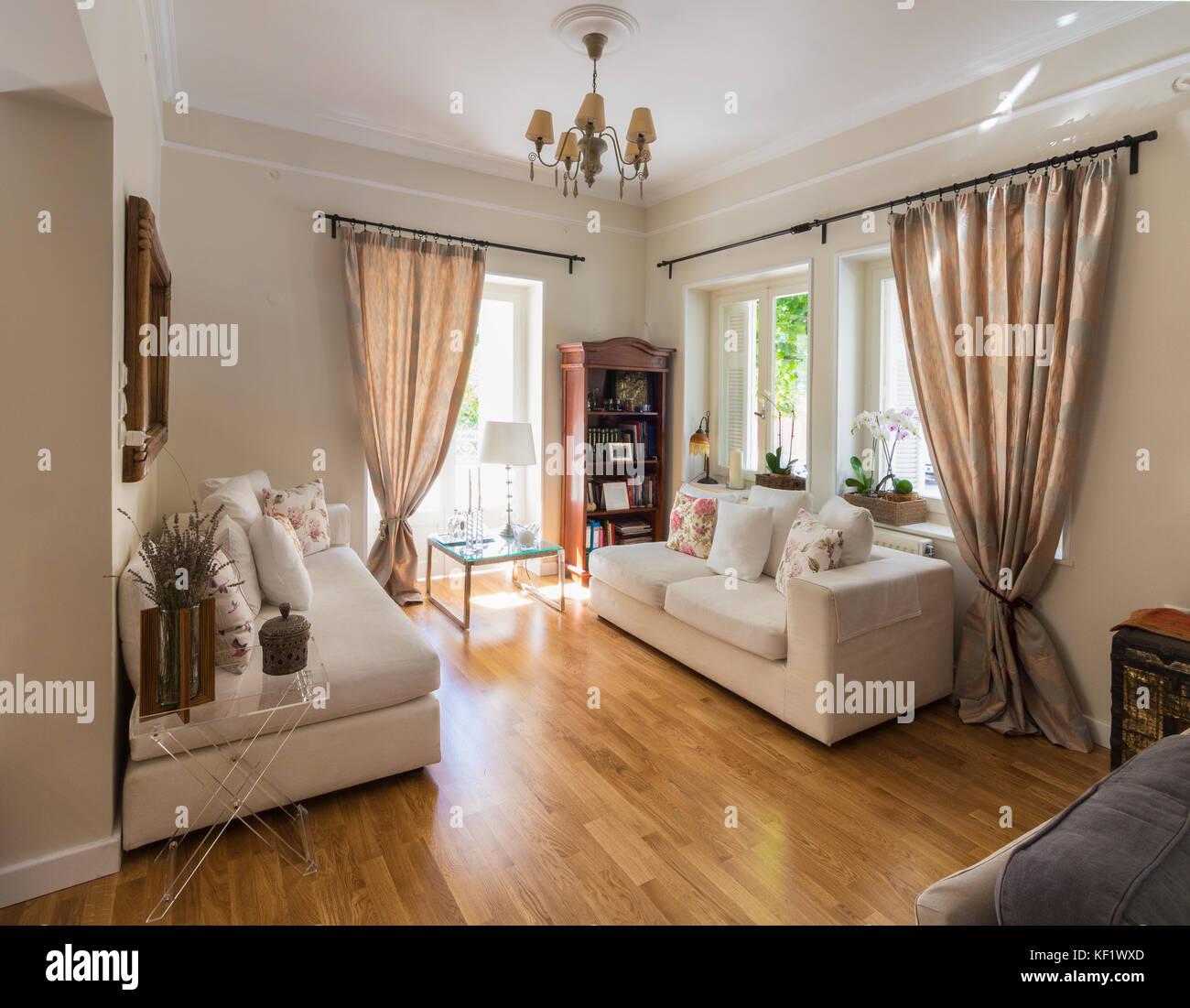 Großes Wohnzimmer sehr hell mit Eiche Parkettboden und