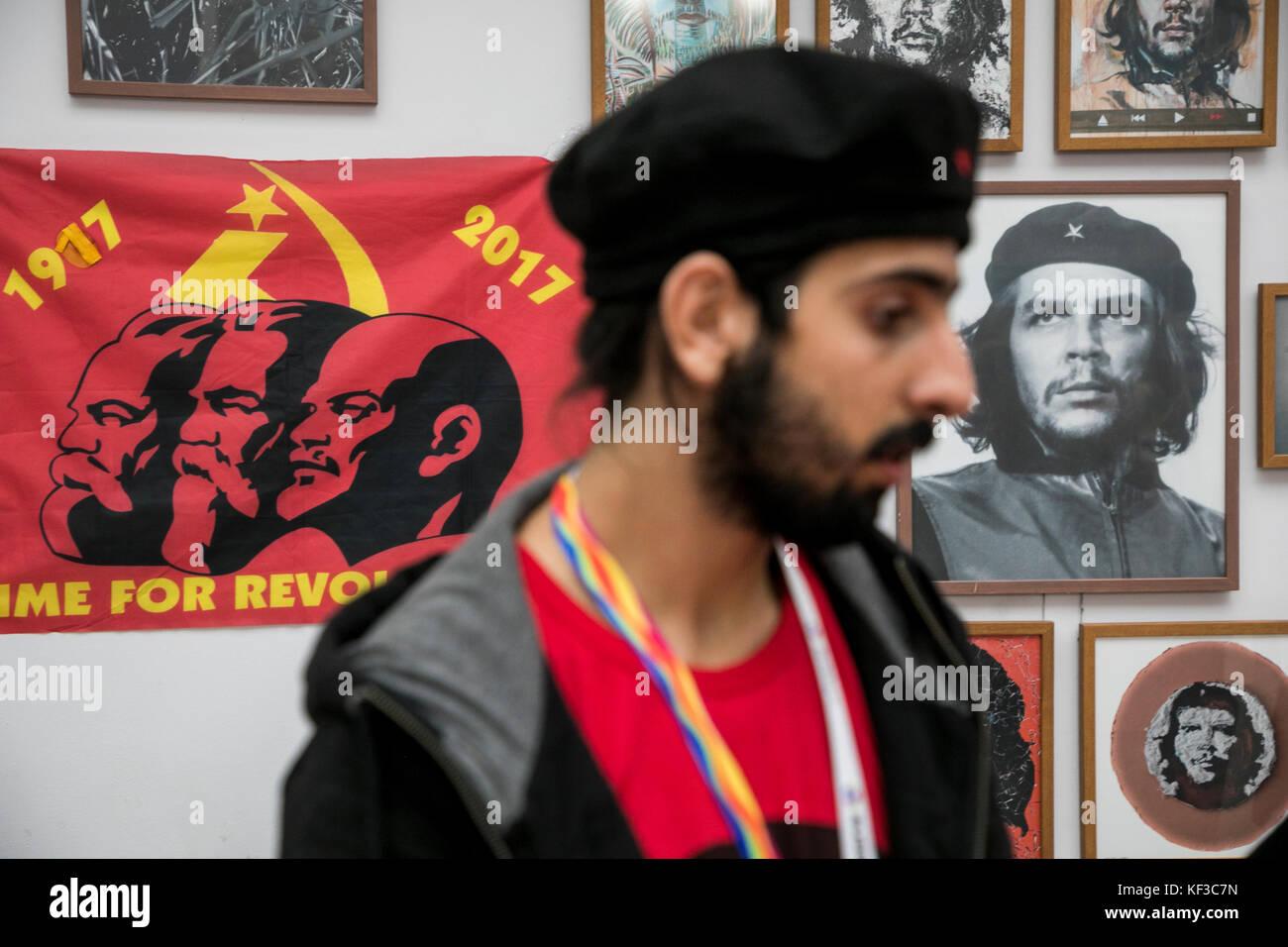 Junger Mann auf dem Hintergrund einer Portrait von revolutionären Ernesto 'Che' Guevara während Stockbild