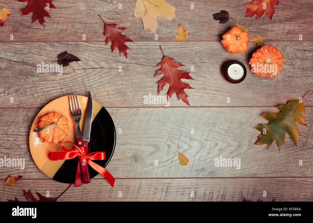 Tabelle Mit Herbst Dekor Gabel Messer Serviette Besteck Bunte Blatter Urlaub Dekorationen Thanksgiving Dinner Herbstliche Stimmung Halloween Thanksgiving Urlaub Konzept Top View Stockfotografie Alamy