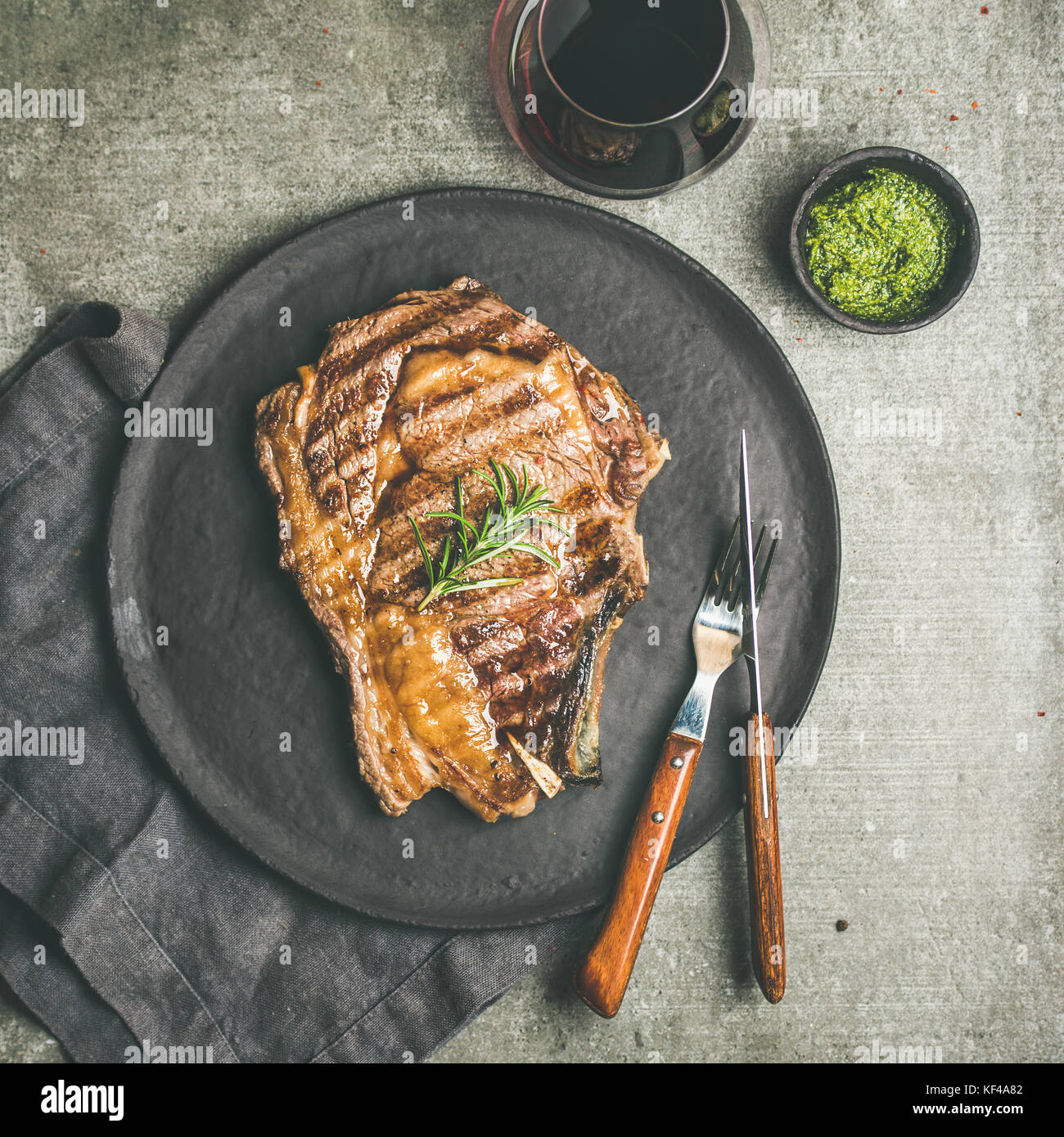 Flachbild-lay von gegrillten Rib-Eye-Rindersteak auf Knochen, Quadrat Erntegut Stockfoto