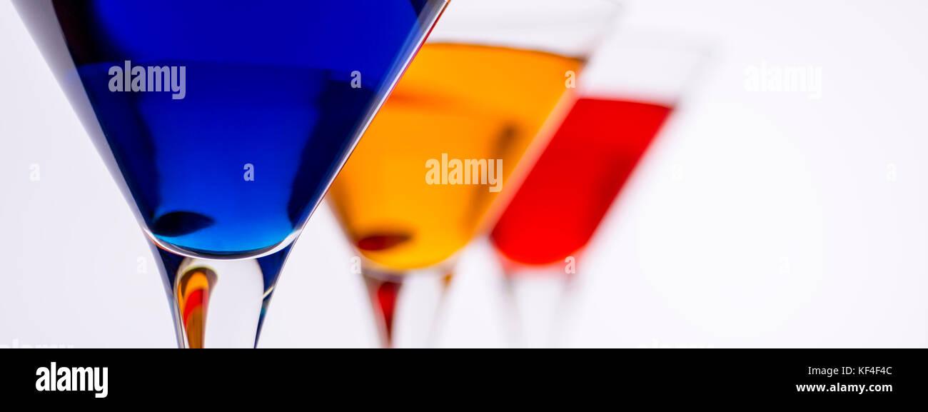 Bunte Cocktails im Martini Gläser Hintergrund. Bar-Werbespots Konzept. Stockbild