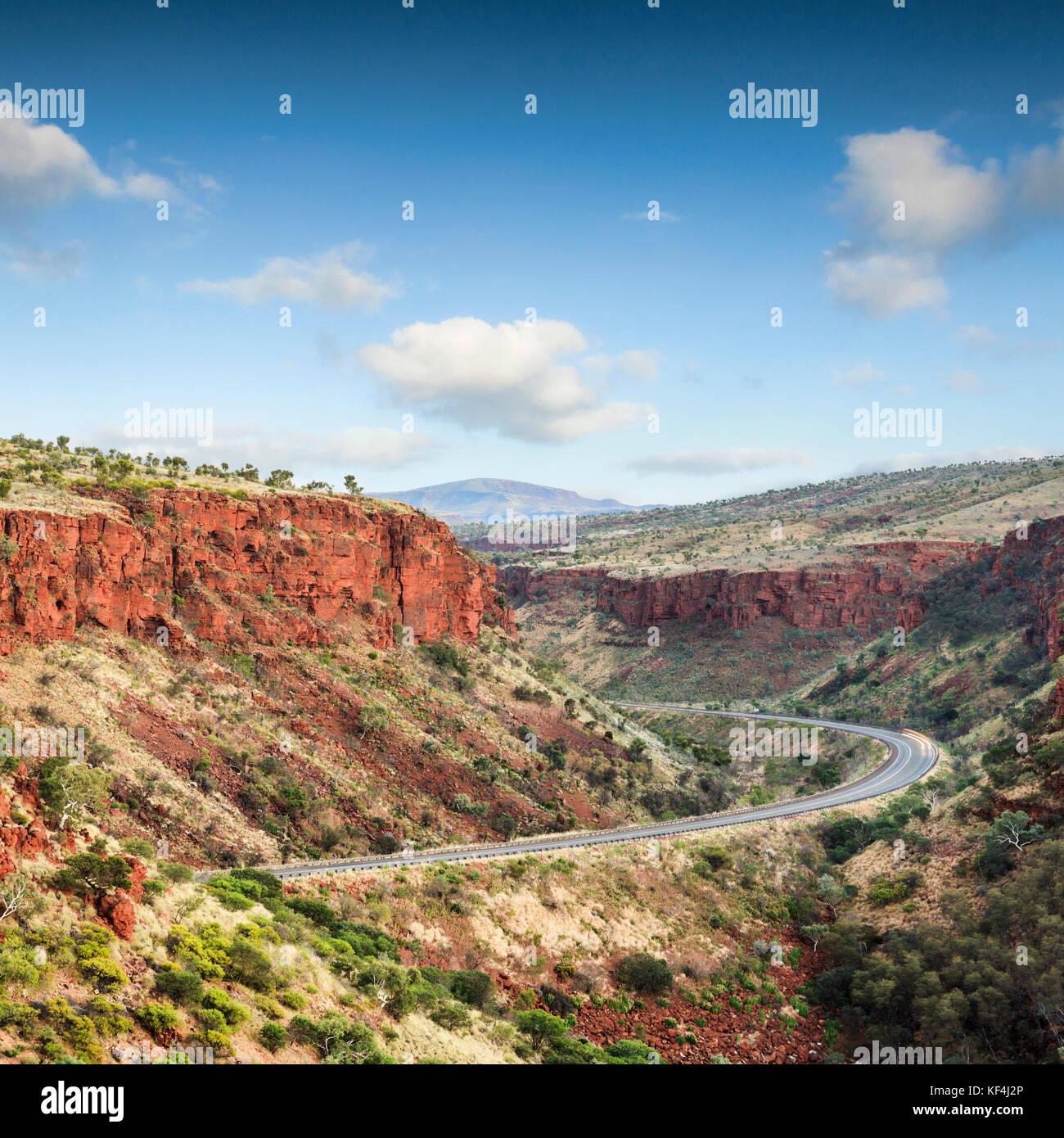 Herrliche rote Klippen Turm über eine einsame Straße im Nordwesten des australischen Bundesstaates Western Stockbild
