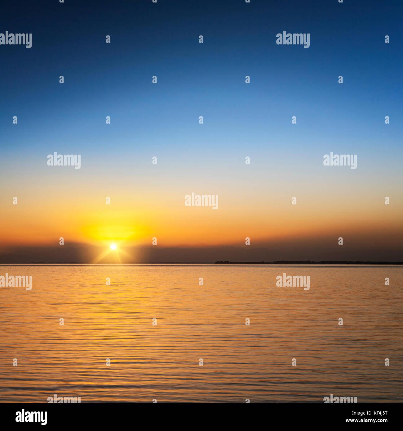 Schönen Sonnenuntergang über dem See ellesmere, Canterbury, Neuseeland Stockbild