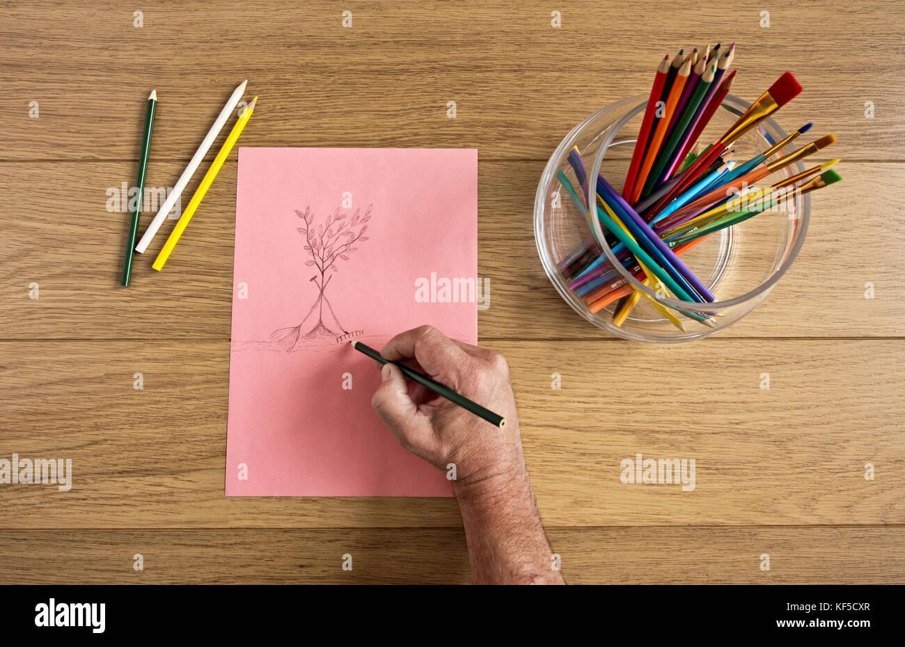 Verfasser arbeitet auf einer Zeichnung Stockbild