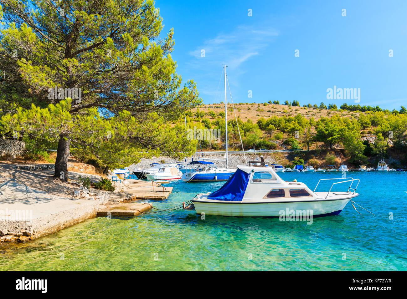 Boote im schönen Meeresbucht zwischen Sibenik und Primosten, Dalmatien, Kroatien Stockfoto