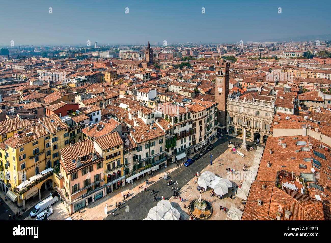 Piazza delle Erbe Square und die Skyline der Stadt, Verona, Venetien, Italien Stockbild