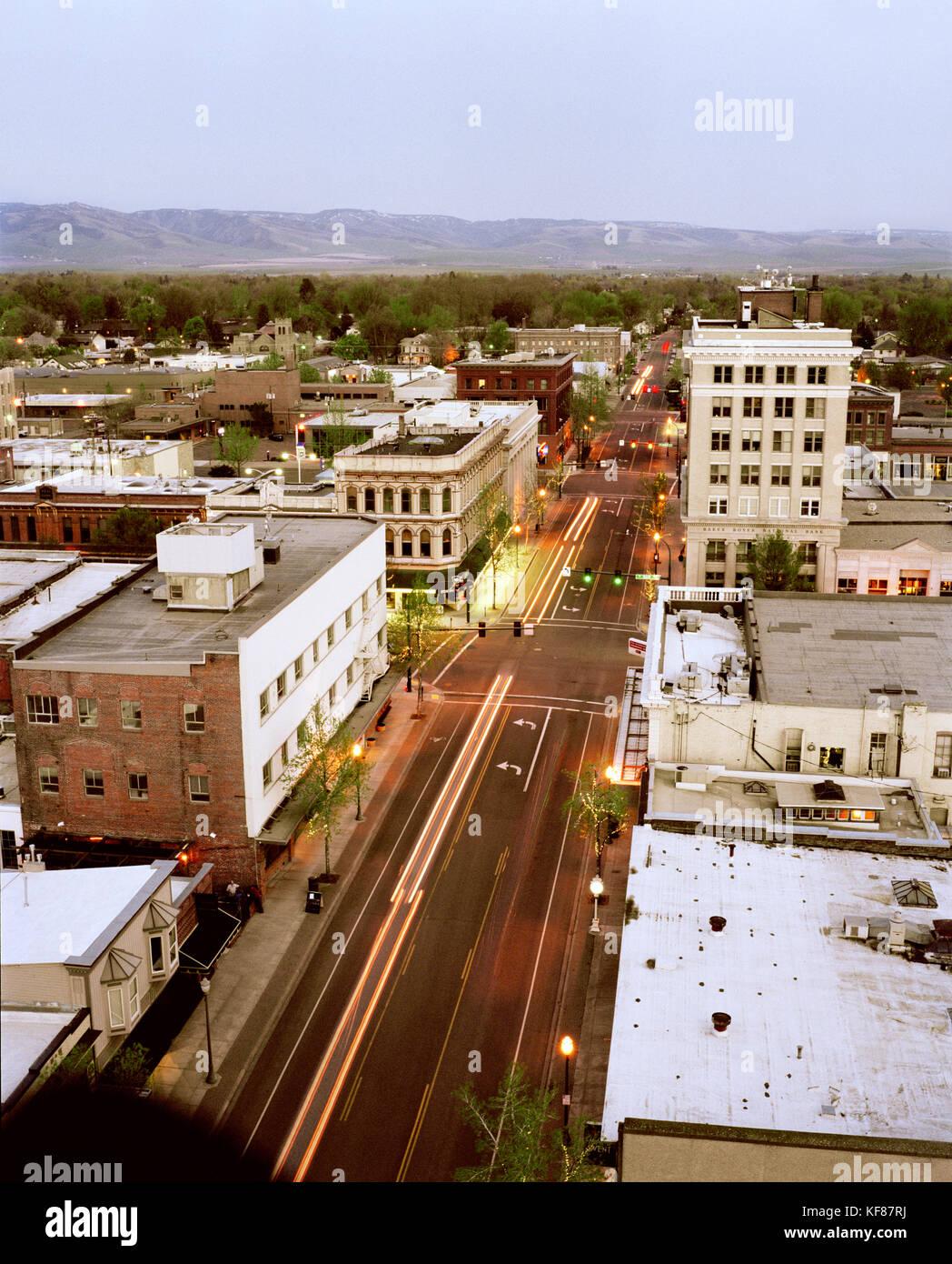 Usa, Washington, Walla Walla Stadtbild in der Dämmerung mit Bergen im Hintergrund Stockfoto
