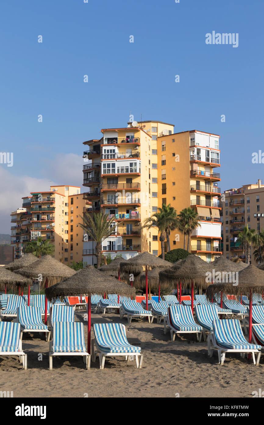 Torremolinos, Costa del Sol, Provinz Malaga, Andalusien, Südspanien. Reihen von Liegestühlen und Sonnenschirmen Stockbild