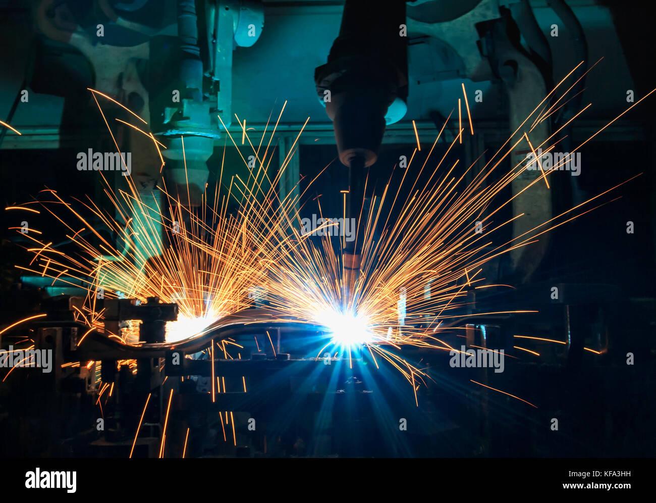 Industrieroboter sind Schweißen Montage automotive Teil in Car Factory Stockbild