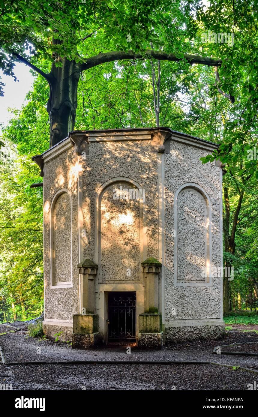 Alte antike Eis Haus im Schlosspark in Pszczyna. eiskeller Turm im ...