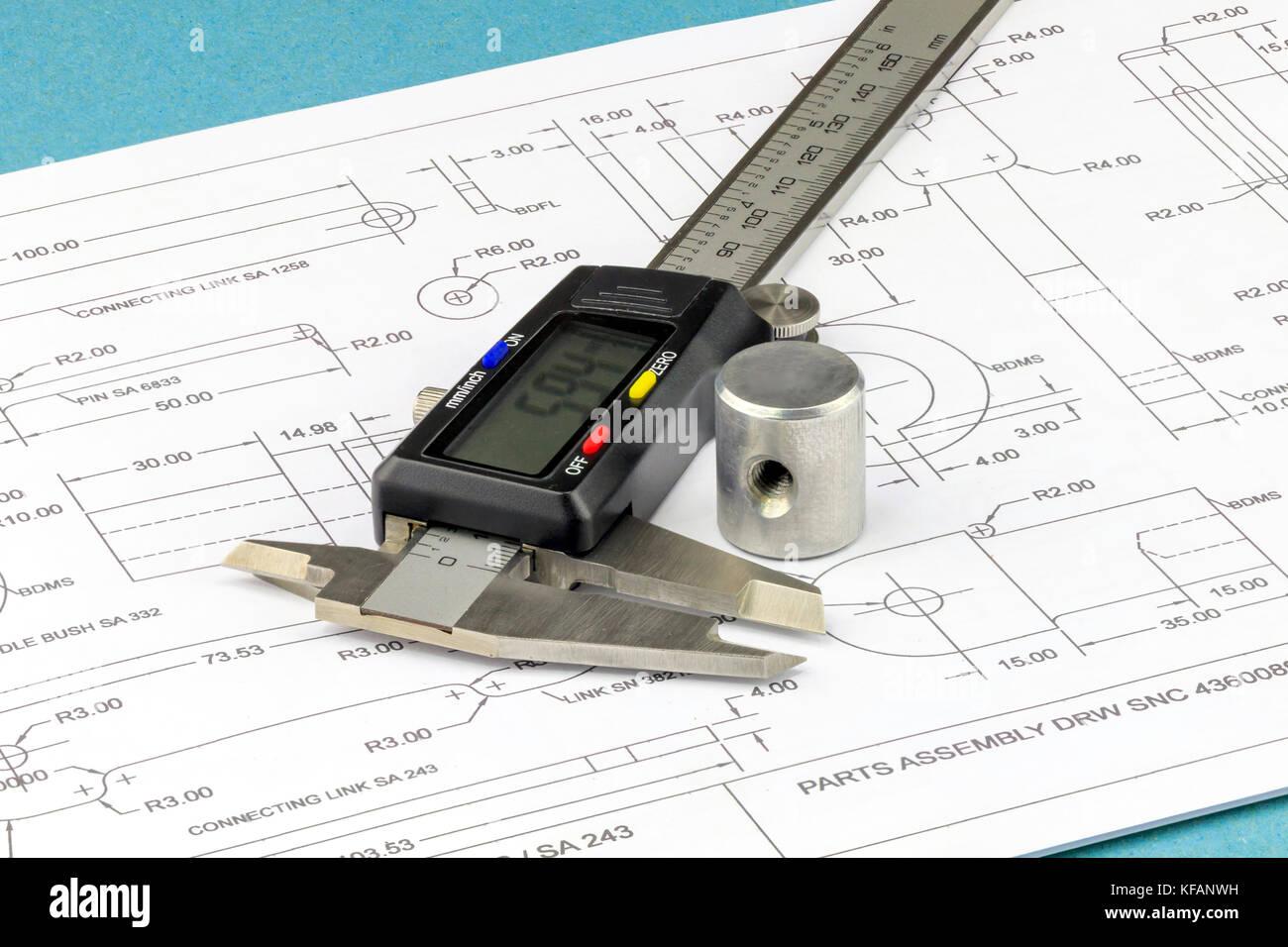 Nahaufnahme auf einem Messschieber und Maschine Teil platziert auf einer technischen Zeichnung Hintergrund Stockbild