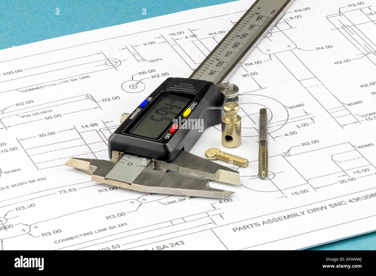 Engineering Messschieber, Metall tippen und Metallteile auf einer technischen Zeichnung Hintergrund platziert Stockbild