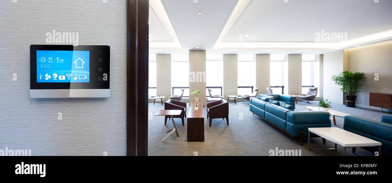 Smart Screen mit smart home Apps an der Wall in der modernen ...