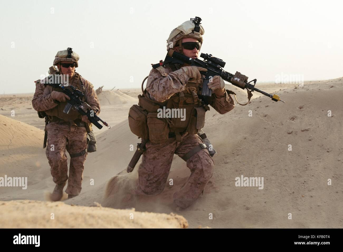 Us marine Cpl. matthew Lecompte und Lance Cpl. dulton James mit 2Nd Battalion, 7Th marine Regiment in Richtung simulierte Unfälle während der Ausbildung in den Nahen Osten, Oct. 10, 2017 Sie sind Mitglieder einer schnellen Eingreiftruppe, die in der Lage ist, die Reaktion auf die Entwicklung von Situationen kurzfristig ist. Marines mit 2/7 wurden beauftragt, eine qrf durchzuführen, um schnell simulierten Unfall wiederherstellen und in Sicherheit zu nehmen. Dies war die erste Übung 2/7 Nach dem Austausch 1 Bataillon durchgeführt, 7. marine Regiment im US Central Command Bereich der Operationen. (Foto von Cpl. jocelyn Ontiveros über pl Stockfoto