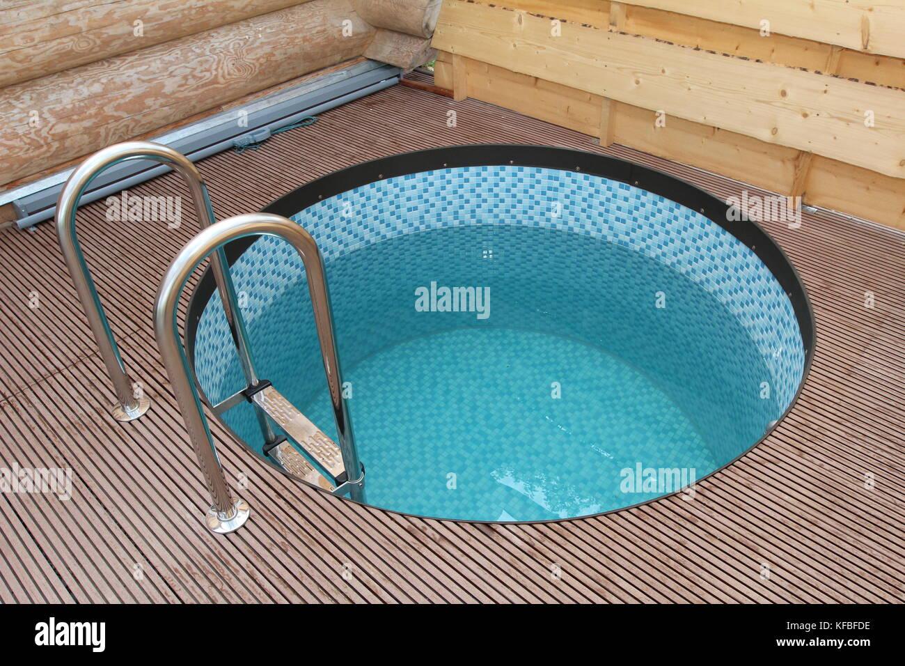 Ein Kleiner Pool Zum Abkuhlen Nach Der Sauna Stockfoto Bild