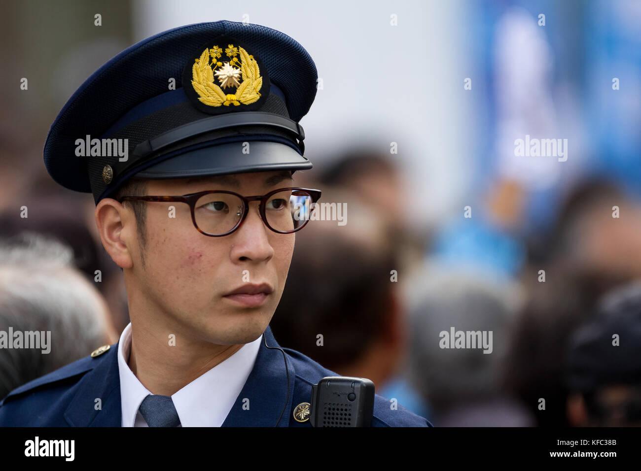 Ein junger Polizist wacht in der Masse während der japanische Ministerpräsident Shinzo Abe im Landtagswahlkampf Stockbild