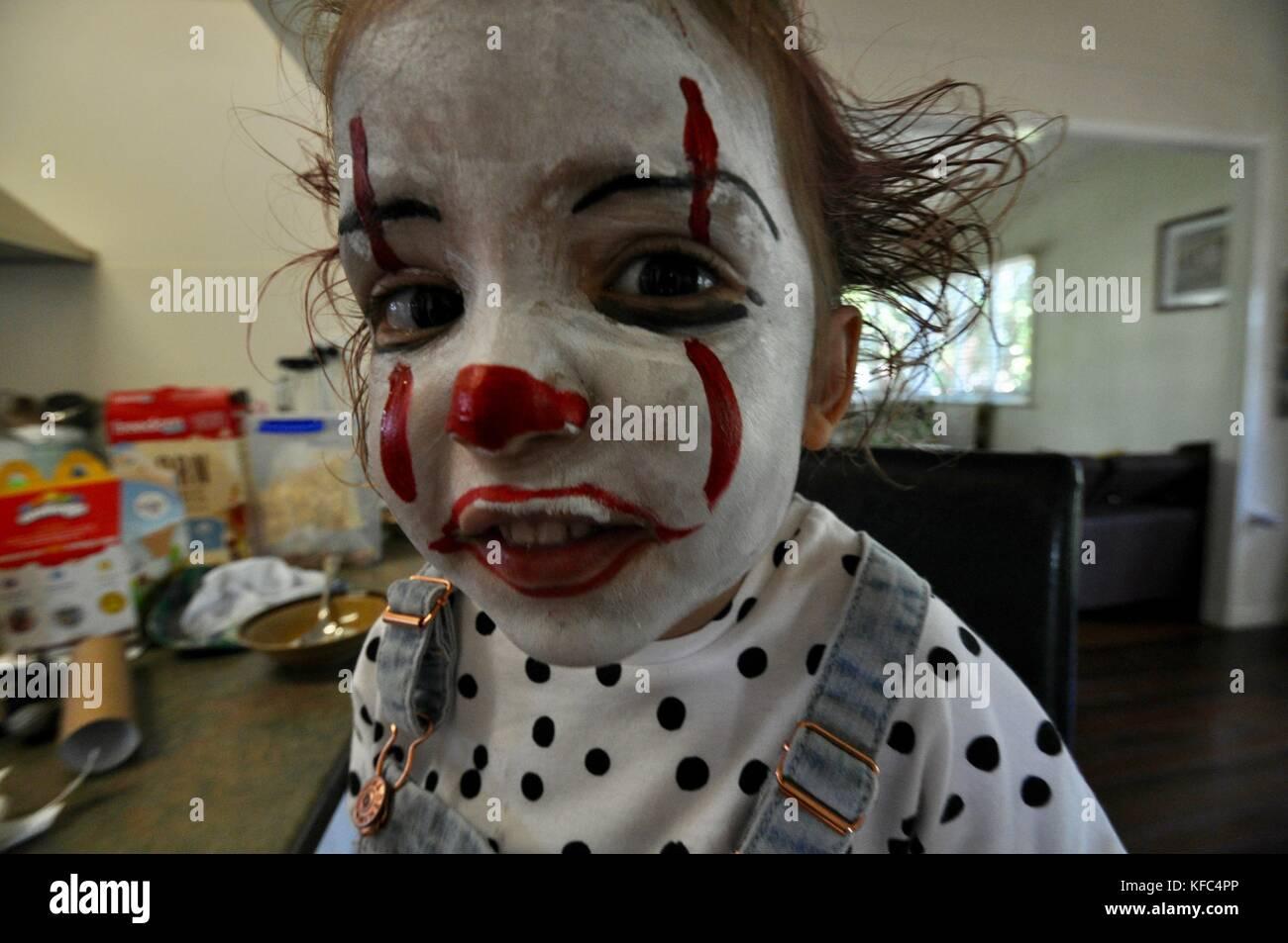 Ein Kind mit Make-up und Kleidung durch den Film, in der ...