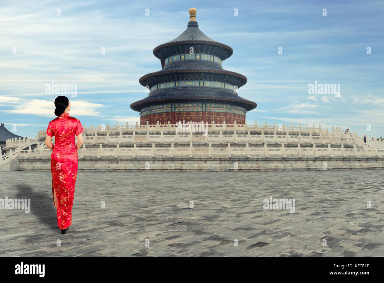 Asiatische junge Frau in alten traditionellen chinesischen Kleidern in der Himmelstempel in Peking, China. Stockbild