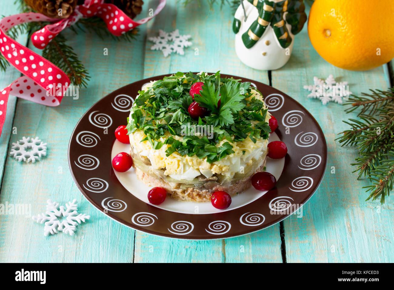 Hausgemachte Snacks auf ein festliches Weihnachten Tabelle. Fisch ...