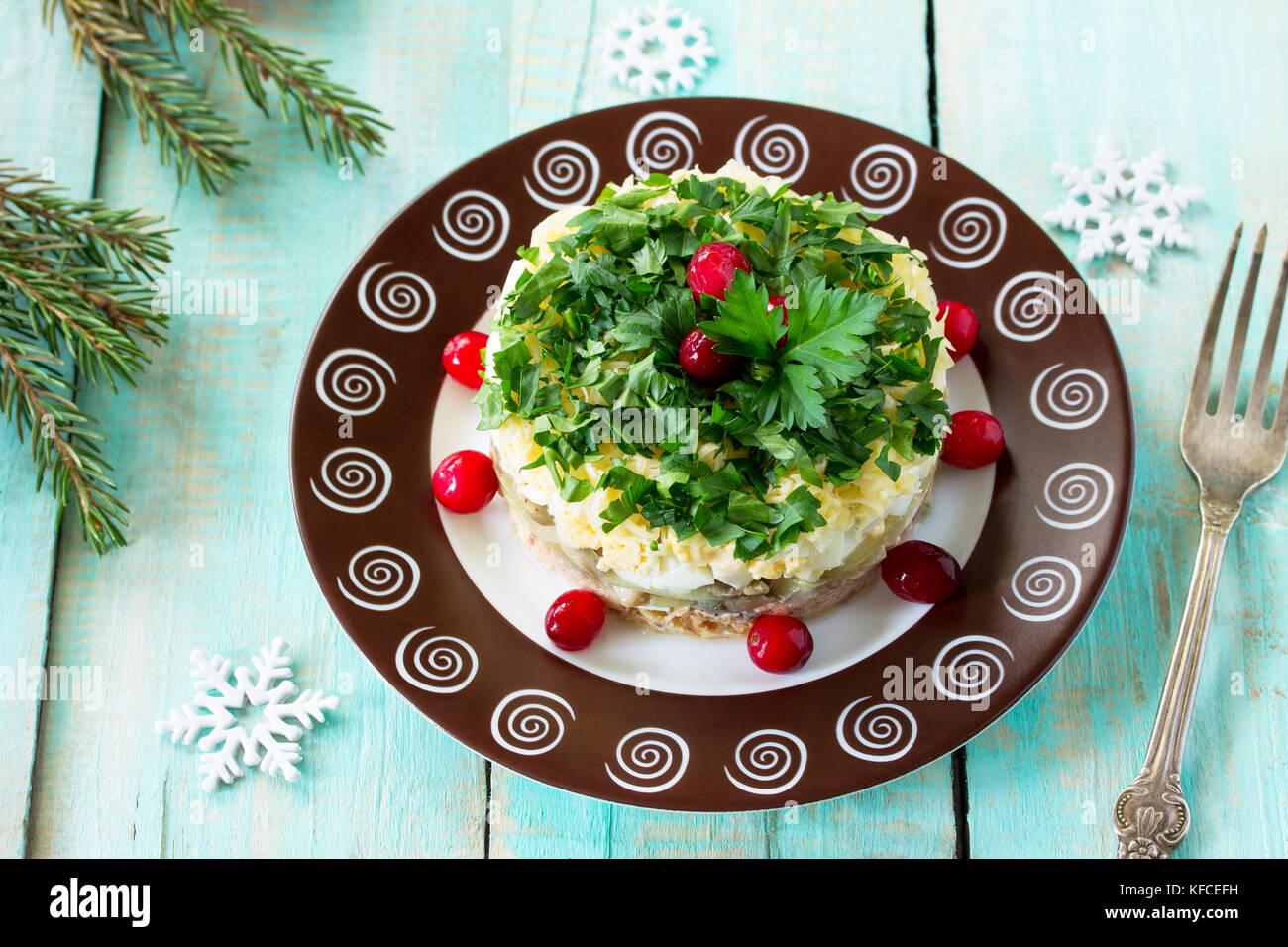 Hausgemachte Snacks auf ein festliches Weihnachten Tabelle. Fisch Salat mit Pilzen, Lachs, Preiselbeeren und Käse. Stockbild