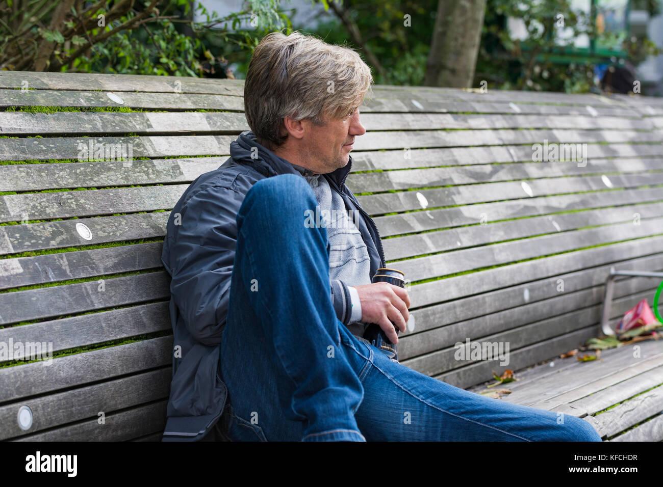 Alkoholisierte Mann, Alkohol zu trinken und mit einem Bier können Sie in einer Stadt in Brighton, East Sussex, Stockbild