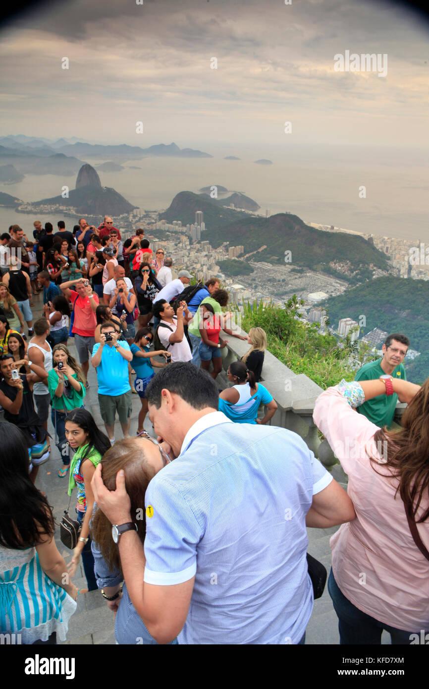 Brasilien, Rio de Janiero, Gruppen von Menschen versammeln sich an der Cristo Redentor (Statue) Stockfoto