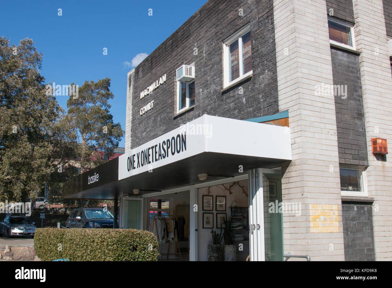 Man Teelöffel denim Store Händler in Avalon, Sydney, Australien Stockbild