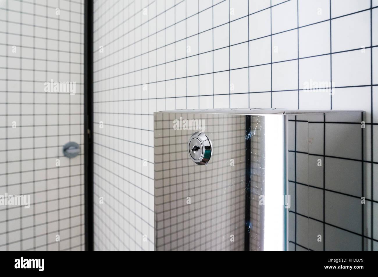 Schwarze und weiße Badezimmer inneren weißen Kacheln schwarze Fugen ...