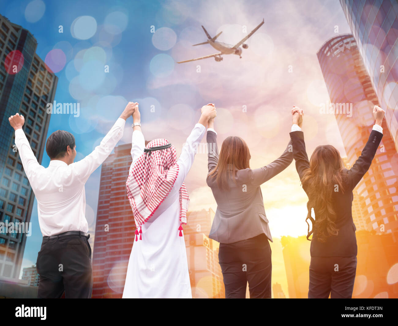 Vier Geschäftsleute stellen hohe Hand für Air Line Business erfolgreich. Geschäftskonzept, Teamarbeit Stockbild