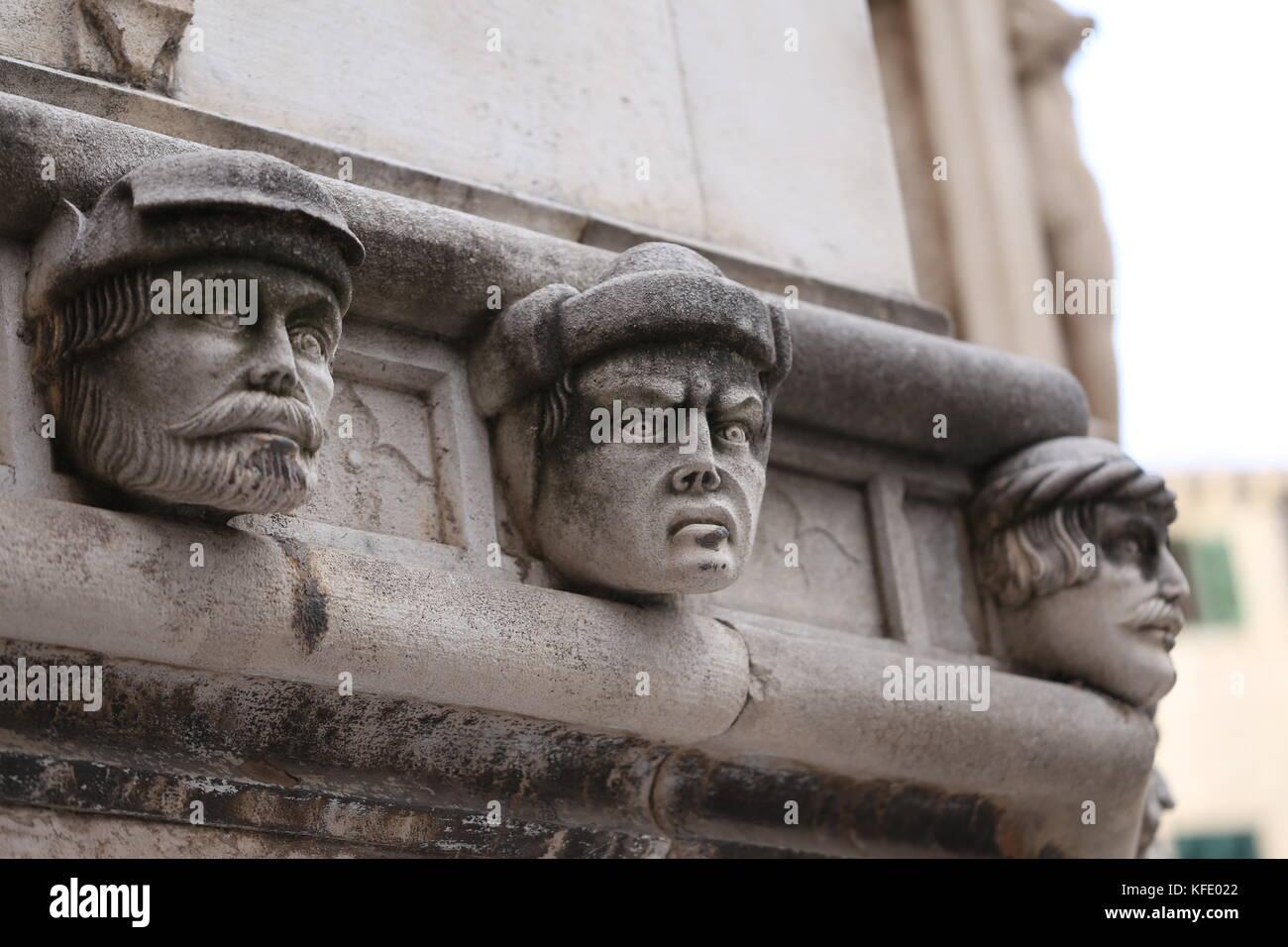 Die Kathedrale von Sibenik/bekannte Gesichter an der Seite von Sibenik protal Kathedrale Stockbild