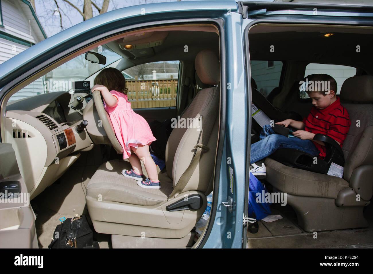 Zwei Kinder in einem Van. Stockbild