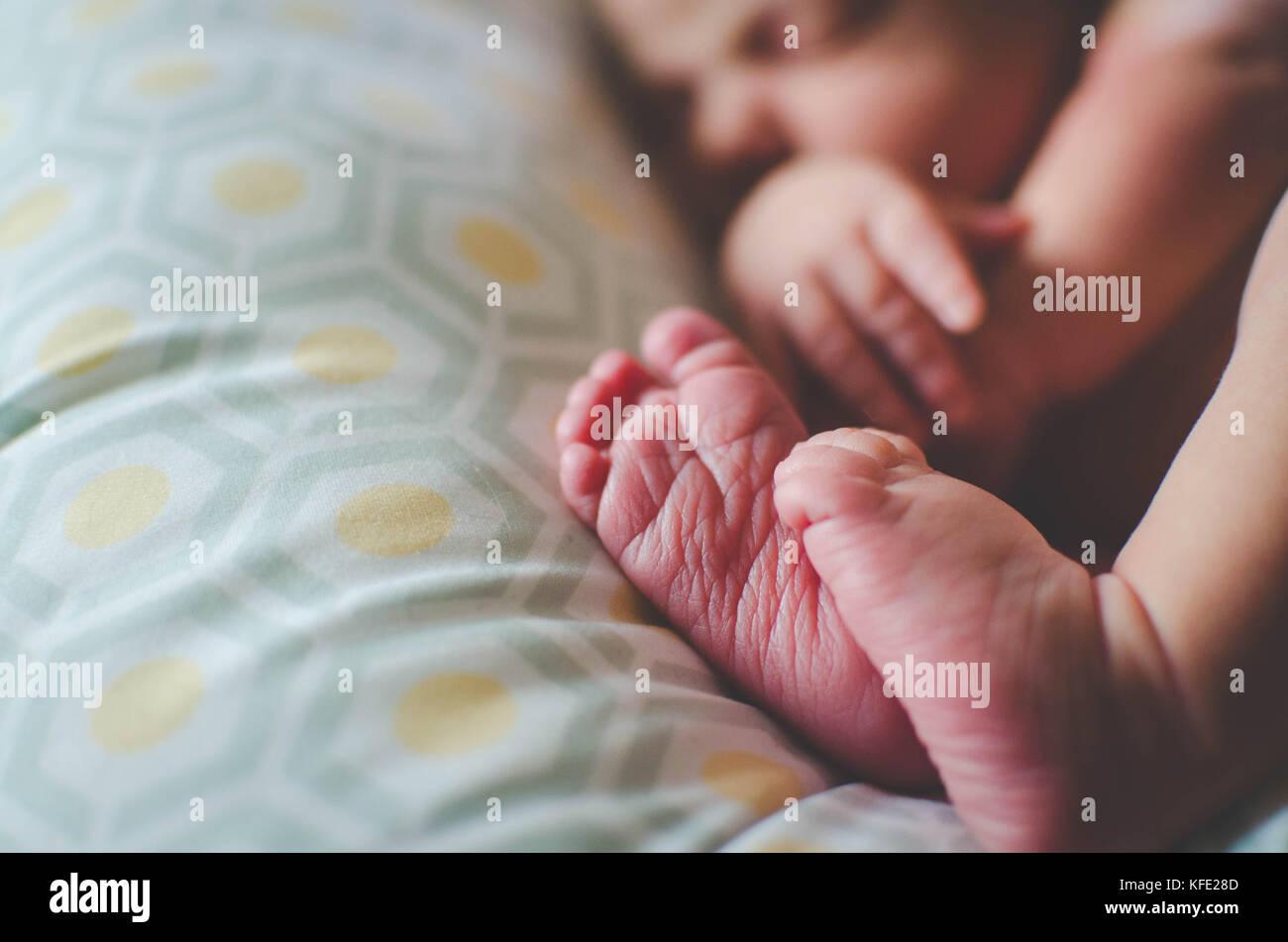 Menschliche neugeborene Baby schlafend auf einem Kissen Stockbild