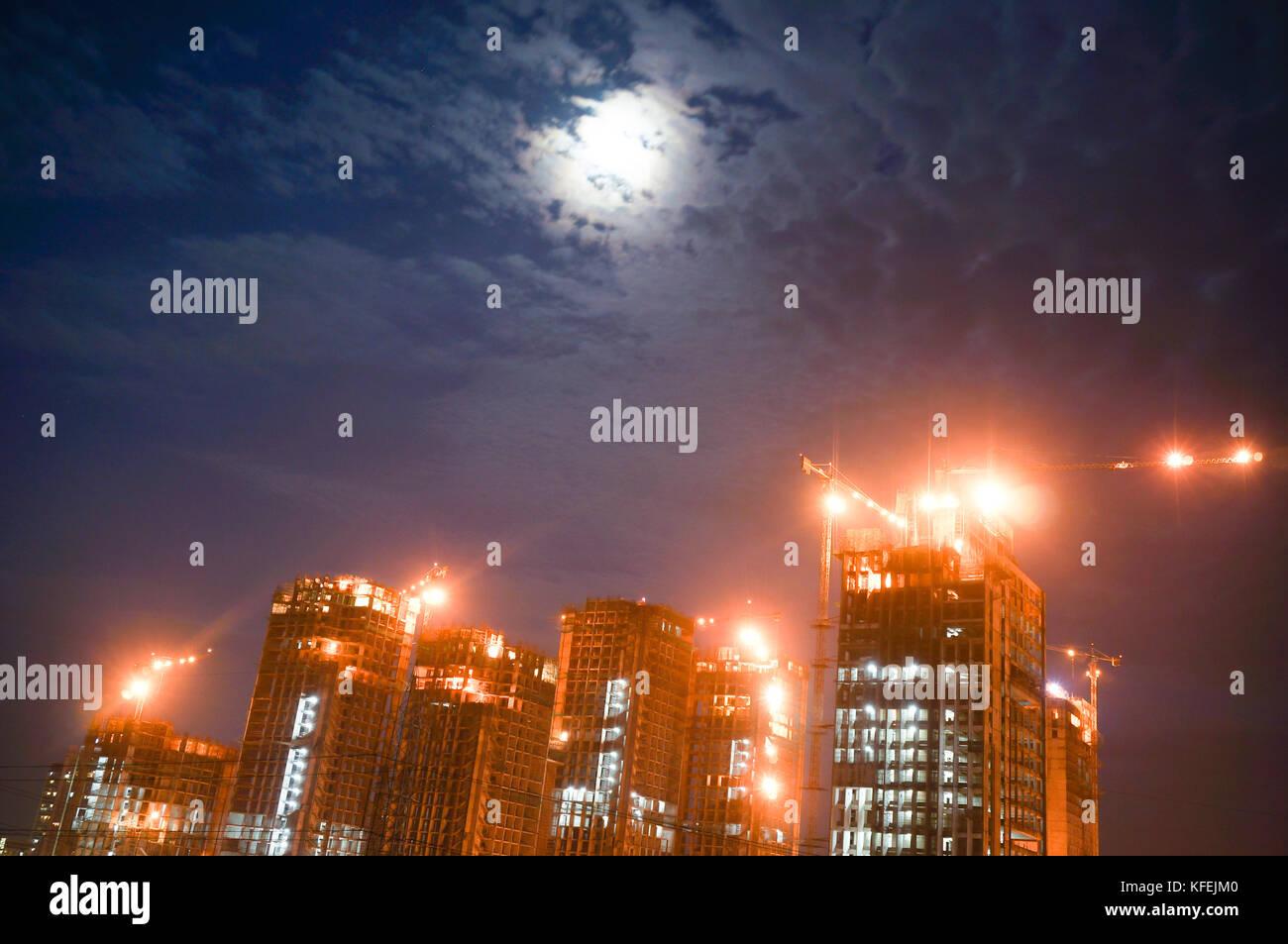 Gurgaon Noida Wolkenkratzer im Bau bei Nacht Stockfoto