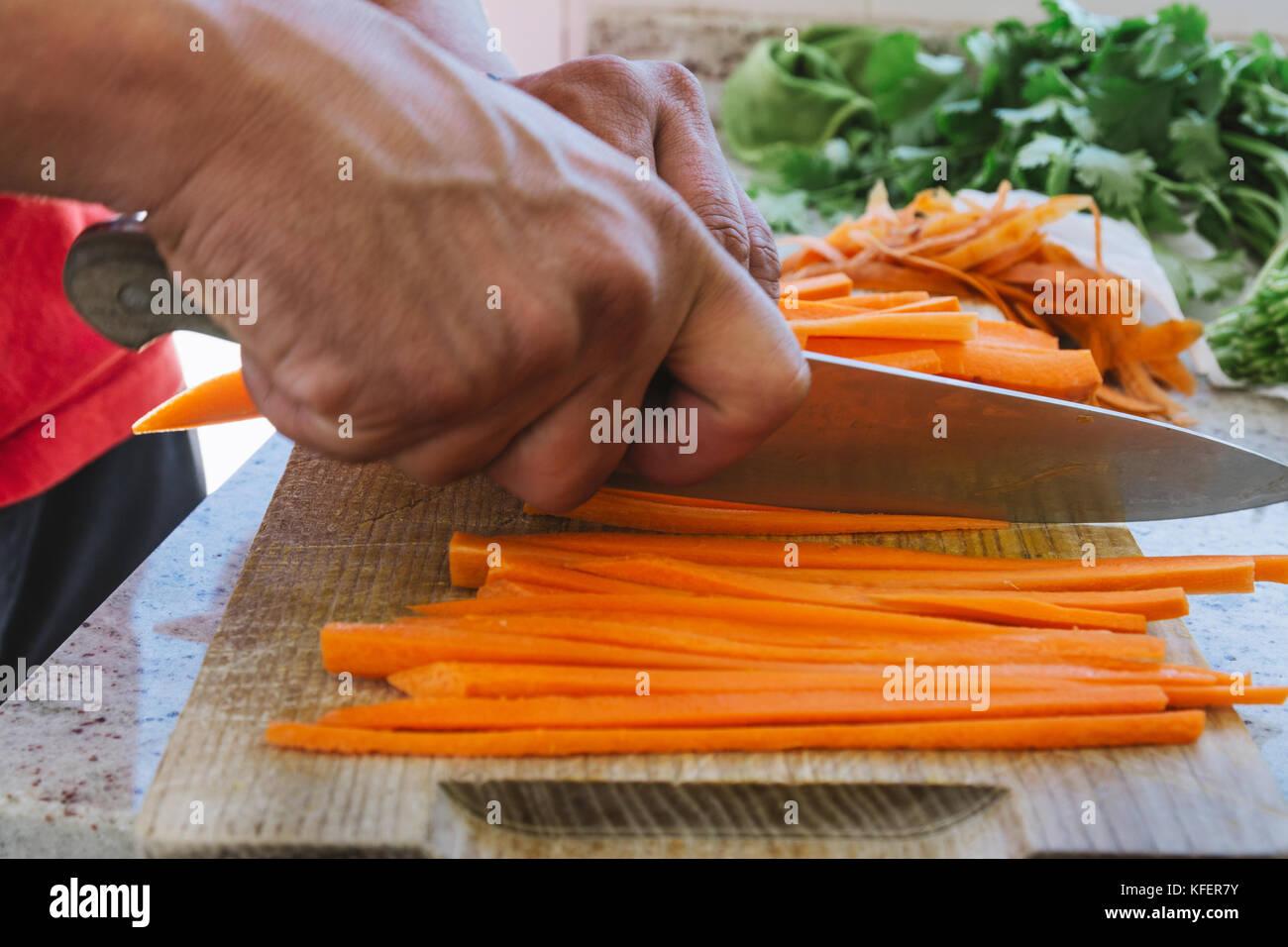 Des Menschen Hande Geschnitten Karotten Julienne Stil In Der Kuche