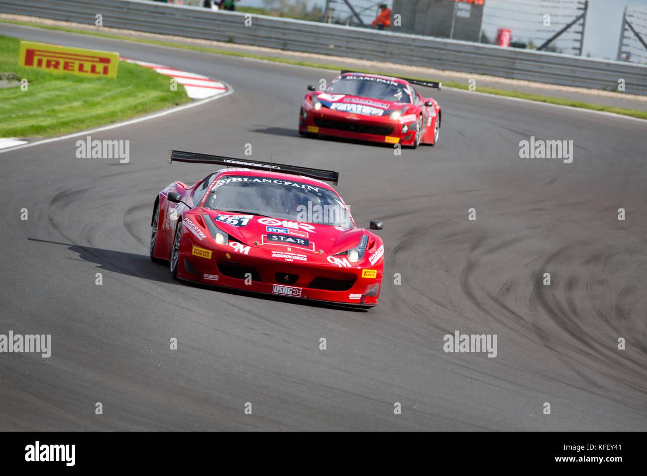 """Autos Ferrari 458 von Team """"AF Corse in der FIA GT1 Europameisterschaft auf dem Track """"Moskau Raceway"""" Stockbild"""