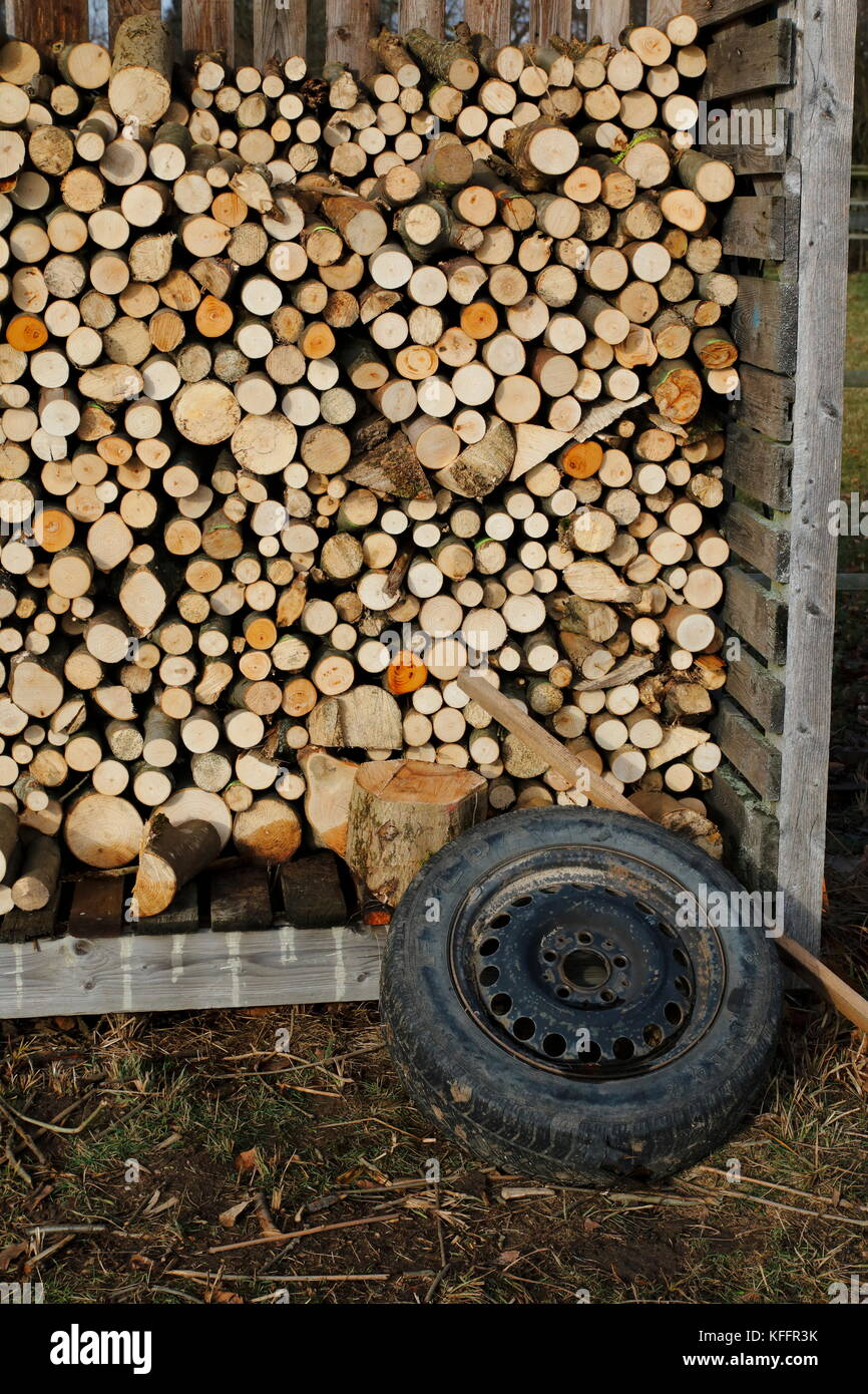 Holzstapel, aufgeschichtetes Holz fertig gesägt als Brennholz Stockbild