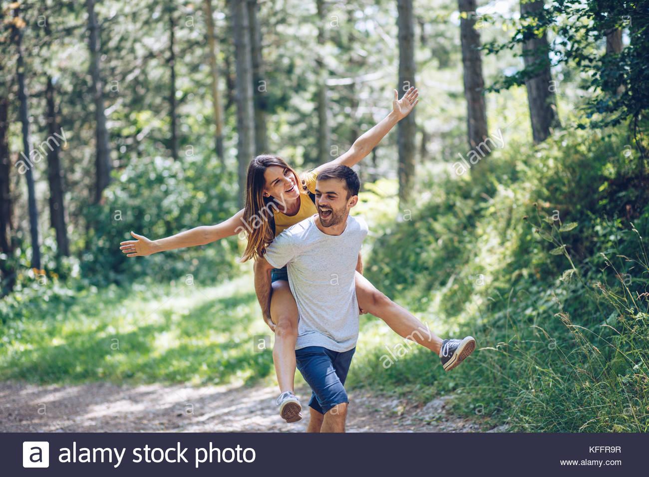 Mann, Frau, Huckepack Stockbild