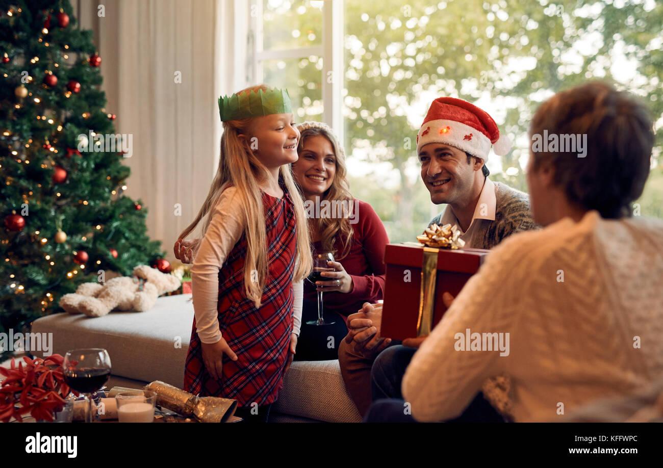Reife Frau ein Weihnachtsgeschenk zu ihrer Enkelin. Glückliche junge ...
