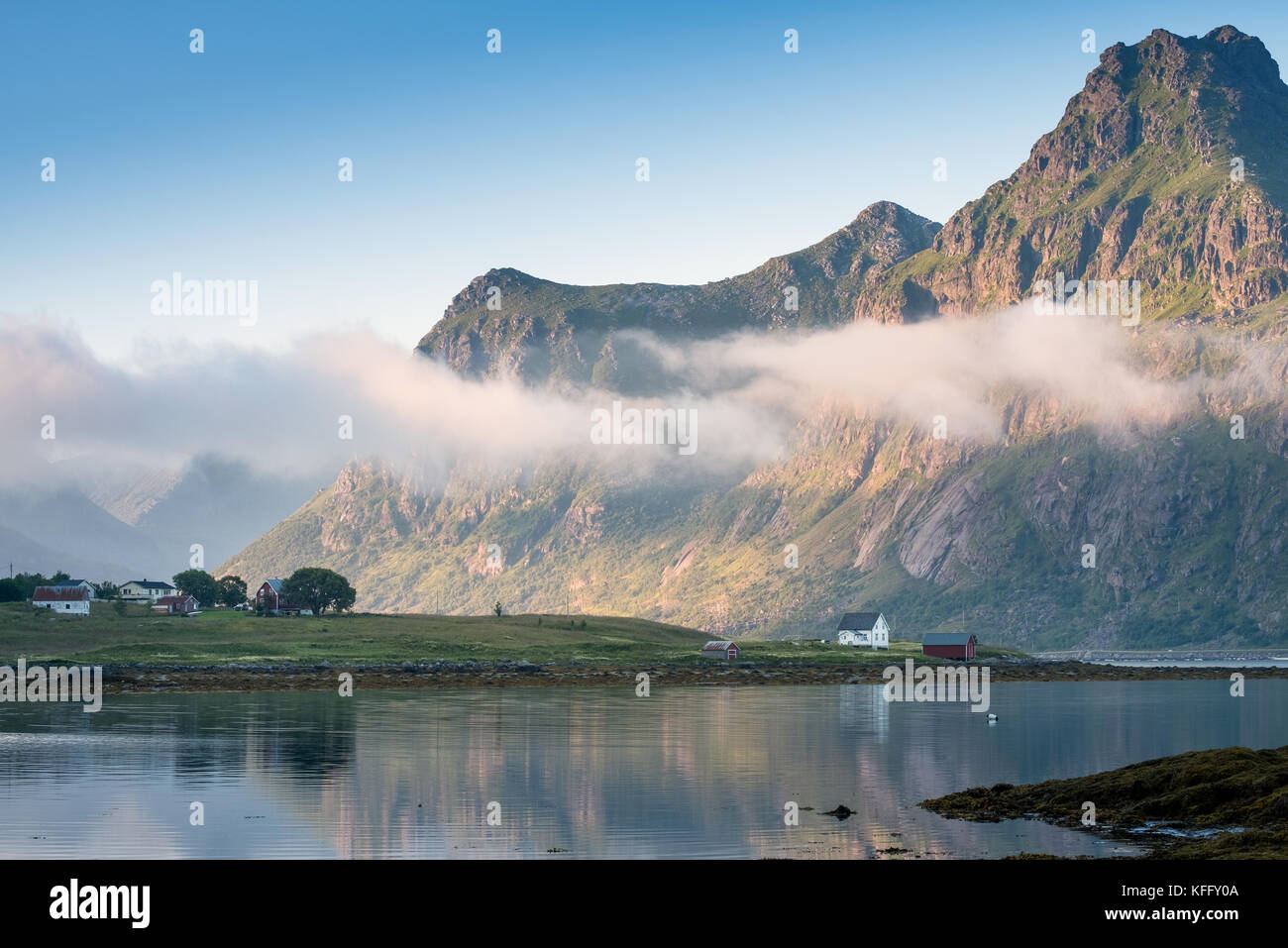 Malerische Aussicht mit idyllischen Haus und Berge im Sommer abends auf den Lofoten, Norwegen Stockbild